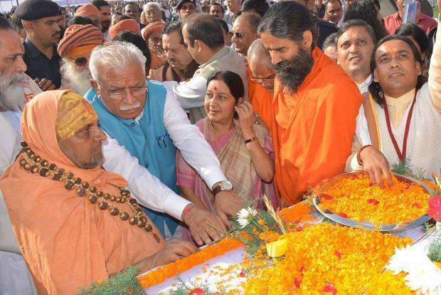 Union minister Sushma Swaraj (centre) with Haryana CM ML Khattar (second from left) and Yoga guru Ramdev (second from right) during the Gita Mahotsav. Credit: PTI
