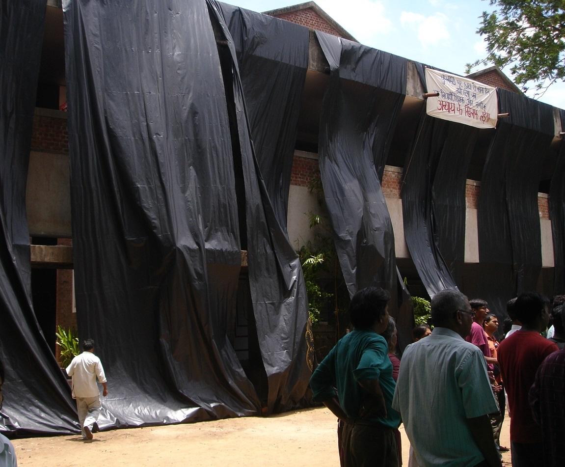 Students protesting and covering the Faculty of Fine Arts in black tarpaulin sheets, Vadodara, 25 June 2007. Image courtesy: Students of the Faculty of Fine Arts. Source: Akansha Rastogi and B.V. Suresh