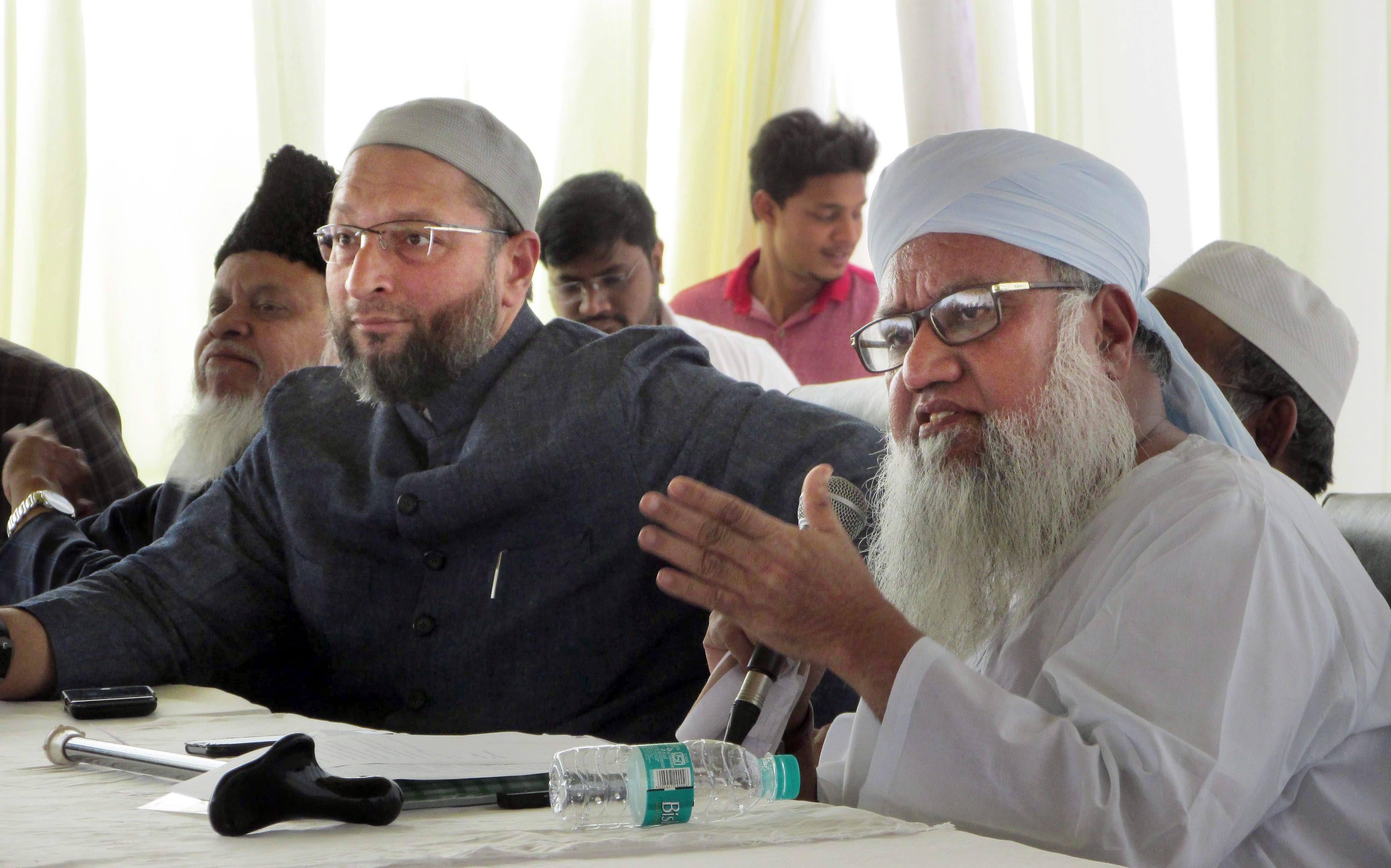 All India Muslim Personal Law Board spokesman Maulana Khalil-ur-Rehman Sajjad Nomani along with AIMIM president Asaduddin Owaisi addresses a press conference on 'triple talaq' in Hyderabad on Thursday. Credit: PTI