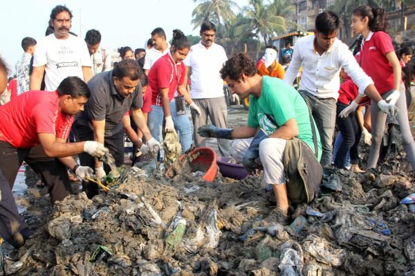 Mumbai Congress President, Sanjay Nirupam, joins the Versova Resident Volunteers to clean the beach. Credit: PTI