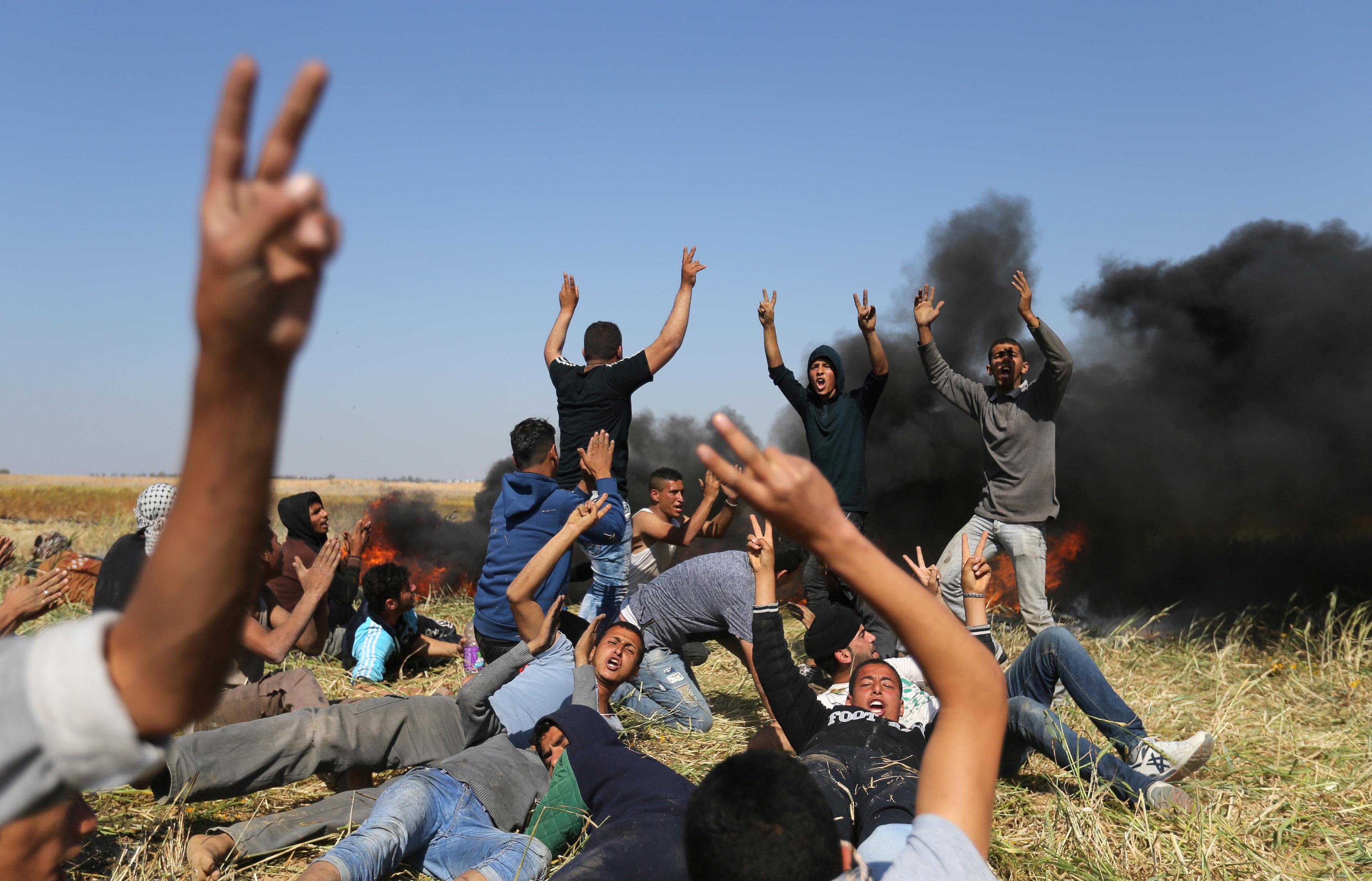Israeli Troops Wound Dozens of Palestinians Amid Gaza Border Unrest