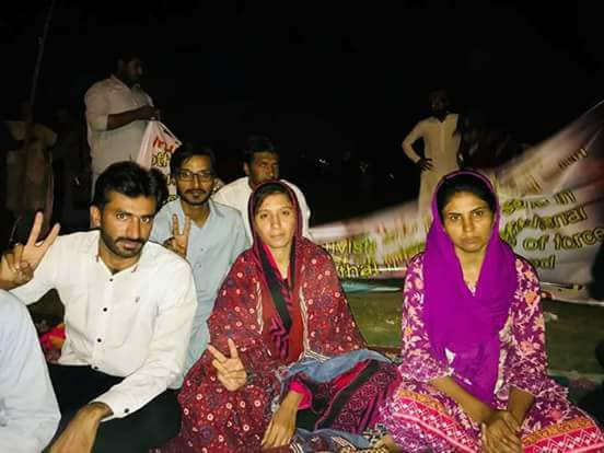 Tanveer Areejo (R) and Sorath Lohar (C) seen at the hunger strike camp. Credit: Facebook