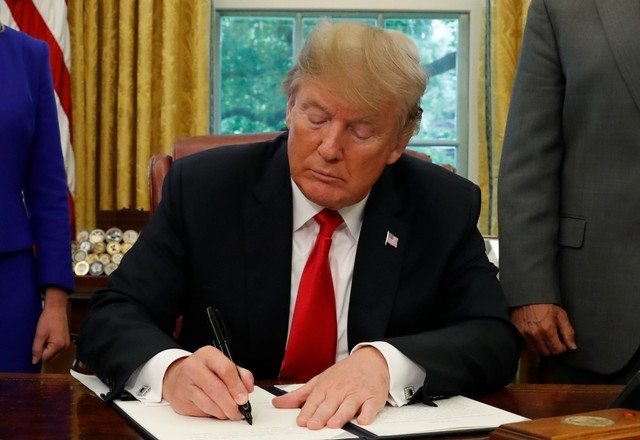 Trump signs order to reverse family separation policy at US-Mexico border