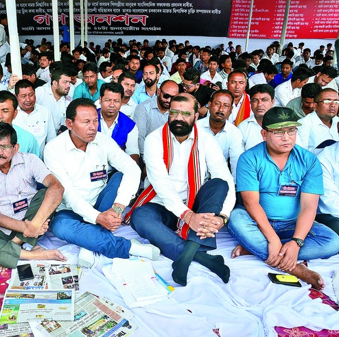 AASU advisor Samujjal Bhattacharjya (C) sitting on a hunger strike against the Citizenship Bill in Guwahati along with All Bodo Students Union president Pramod Boro (R). Credit: PTI