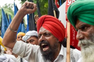 Farmers March to Express No Confidence in Govt, Stopped a Kilometre From Parliament