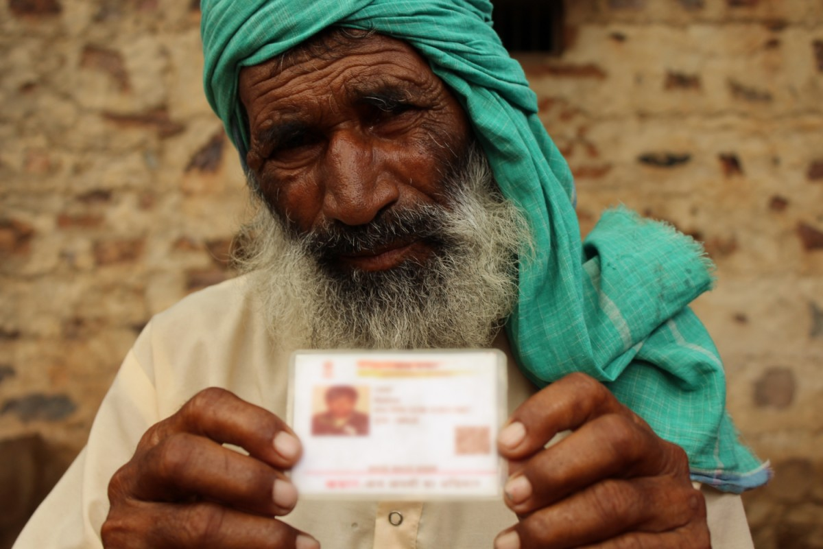 Rakbar Khan's father, Sulaiman, with his Aadhar card. Credit: Shruti Jain/The Wire