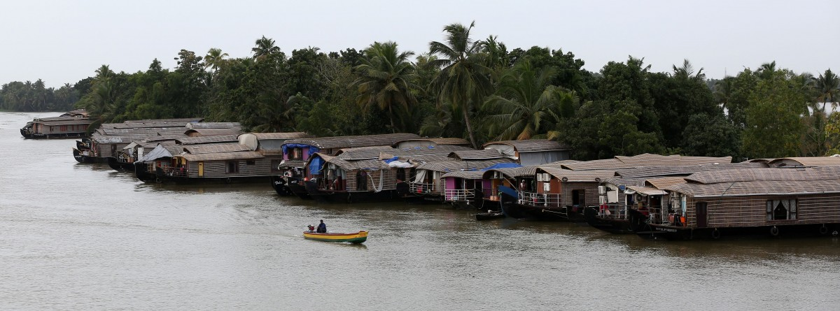 A motorboat moves past a row of empty houseboats in a tributary of the Pamba river following floods in Alappuzha district in Kerala, August 24, 2018. Credits: Reuters/Sivaram V
