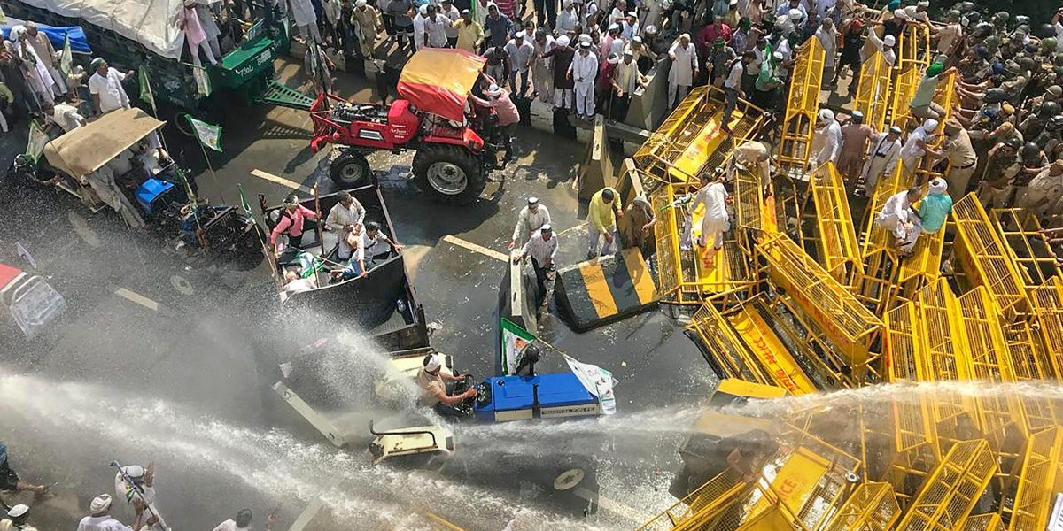 Police Use Lathi Charge, Water Cannons to Stop Over 70,000 Farmers From Entering Delhi