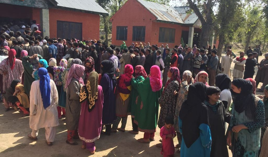 At One North Kashmir Polling Station, Voters Pass Around Ideas on How to Remove 'Election Ink'