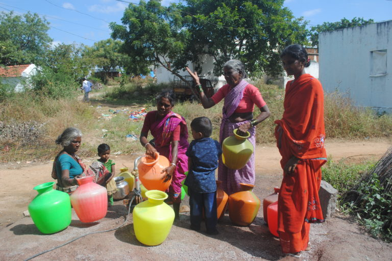The rush to fill water at Peddadarpally village from a single borewell that works. Credit: Meena Menon.