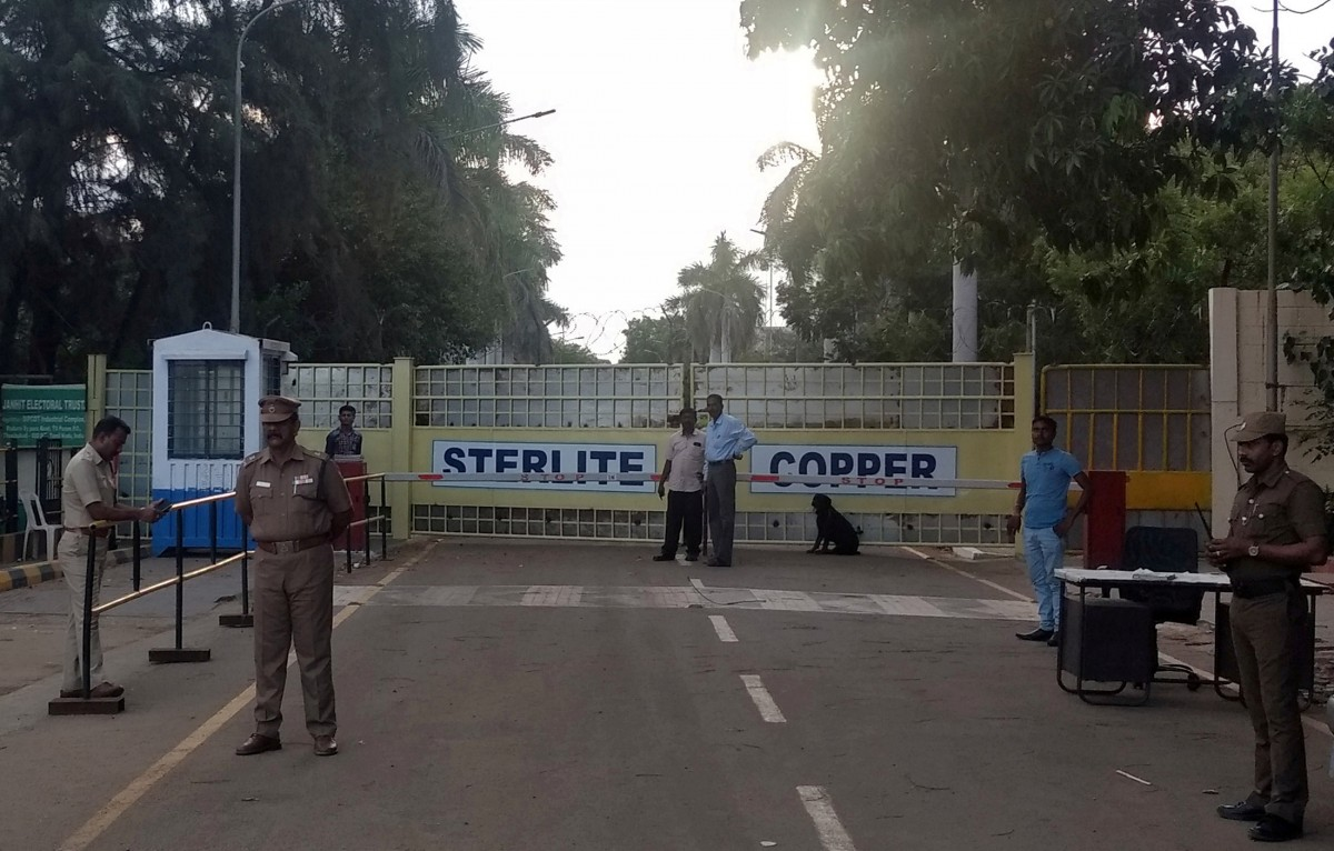 FILE PHOTO: Police stand guard outside a copper smelter controlled by London-listed Vedanta Resources in Thoothukudi in the southern state of Tamil Nadu, India, May 28, 2018. Credit: REUTERS/Sudarshan Varadhan/File Photo