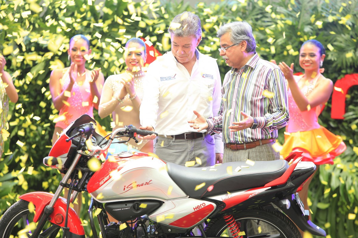 Colombian President Juan Manuel Santos, with Hero Motorcorp's Pawan Munjal at the company's facility in Villa Rica. Credit: Hero MotorCorp