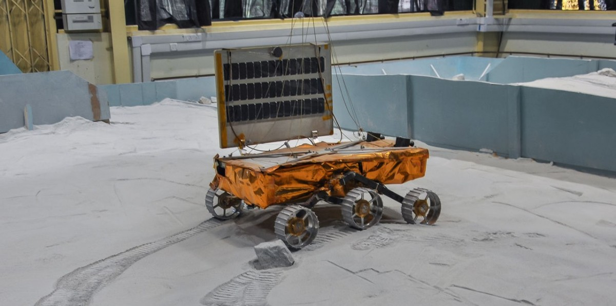 A model of the Chandrayaan 2 rover being tested at ISRO's simulated lunar soil facility. Image: ISRO