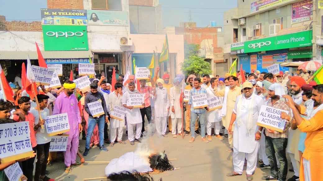 Punjab: Protestors Hold Sit-ins, Burn Modi's Effigy in Support of Kashmiris