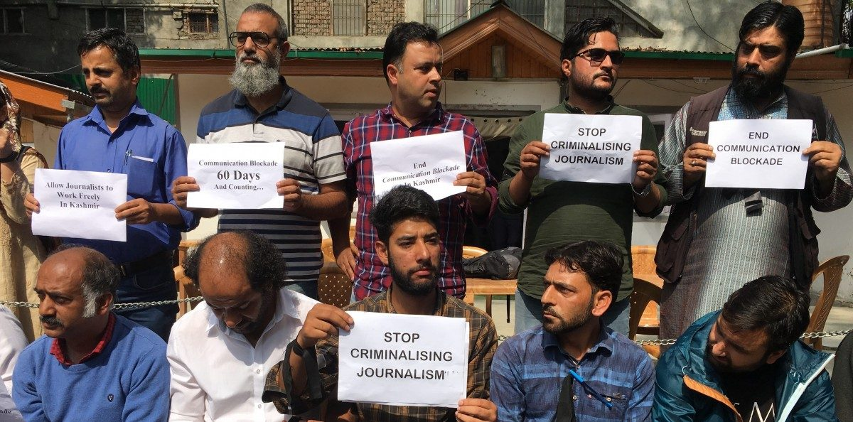 In Srinagar, Journalists' Protest Ban on Internet, Mobile Service Across Kashmir