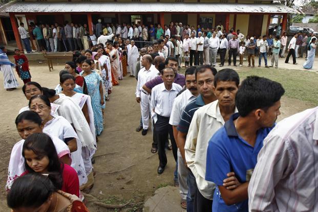 选民在2014年在Assam的投票站外投票队伍在Assam举行。照片:路透社